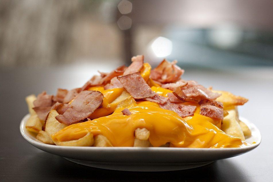 Πατάτες τηγανιτές με τυρί και μπέικον.