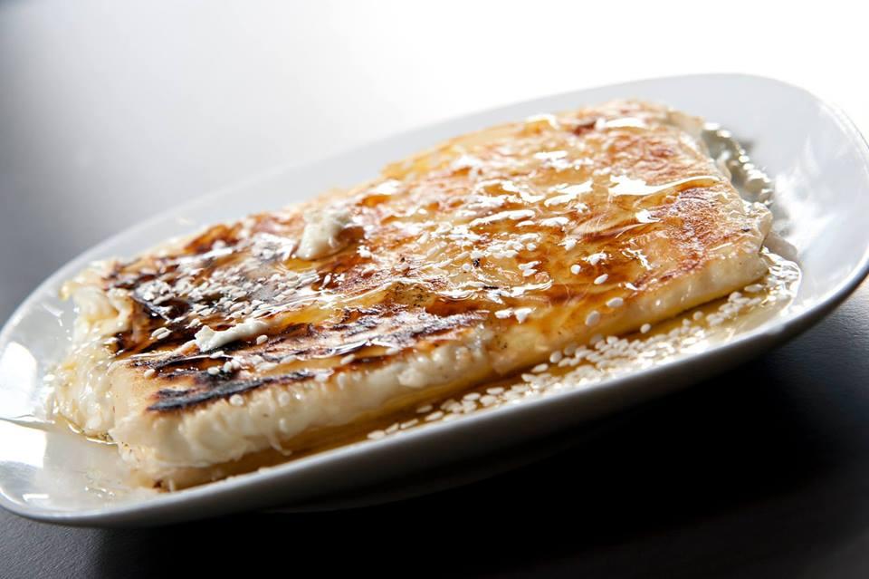 Γραβιέρα ψητή με μέλι και σουσάμι.