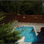 εξωτερική πισίνα στη βίλα.