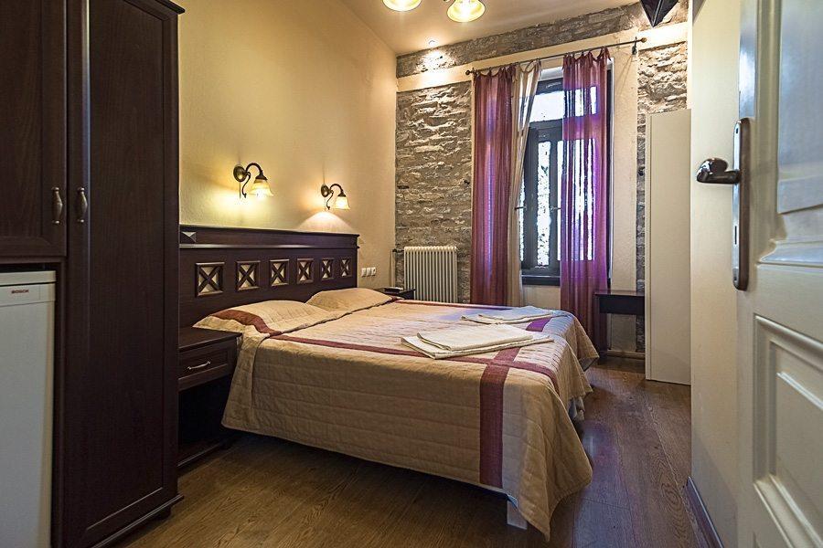 Δίκλινο δωμάτιο με χαμηλό φωτισμό