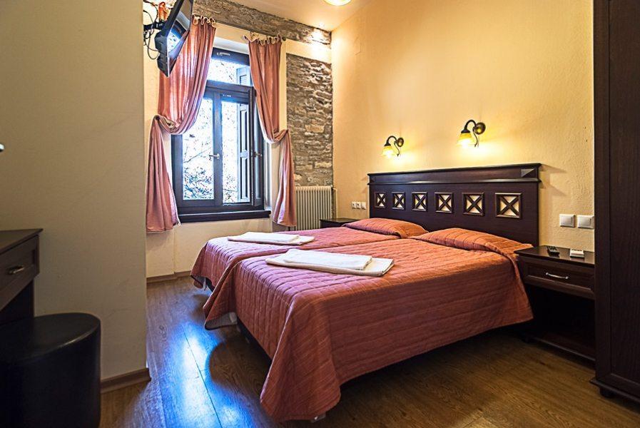 Δίκλινο δωμάτιο με 2 μονά κρεβάτια.