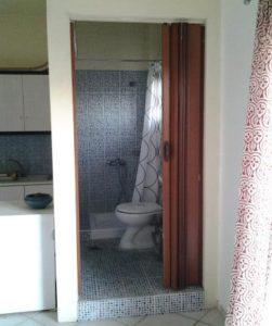 Μπάνιο με ντουζιέρα.
