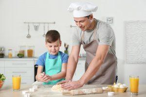 Μπαμπάς και παιδί μαγειρεύουν μαζί.