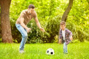 Μπαμπάς και παιδί παίζουν μαζί.