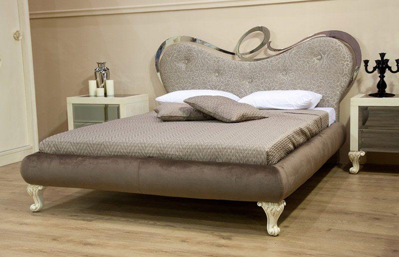 Νεοκλασσικό κρεβάτι.